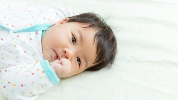 Подмывайте малыша после каждой смены памперсов, в крайнем случае протирайте салфетками или влажным полотенцем.